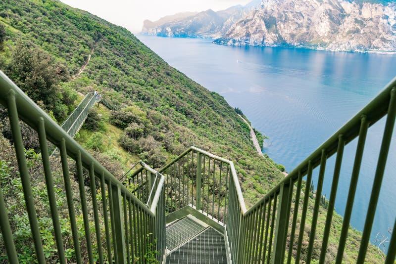 在加尔达湖的全景铁楼梯 库存照片