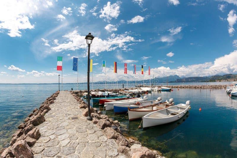 在加尔达湖的夏天早晨 意大利,欧洲 它半路位于NorthernItaly,在布雷西亚和维罗纳之间 免版税库存照片