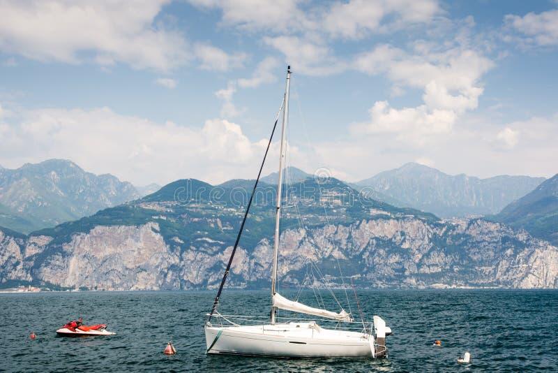 在加尔达湖的帆船 免版税图库摄影