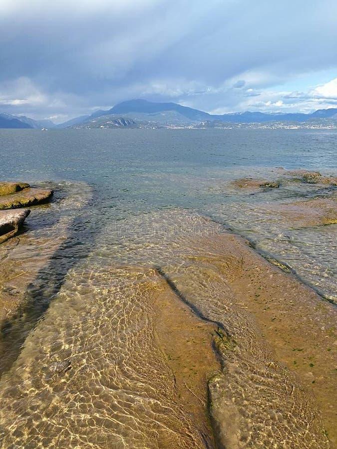 在加尔达湖的意大利岩石海滩 图库摄影