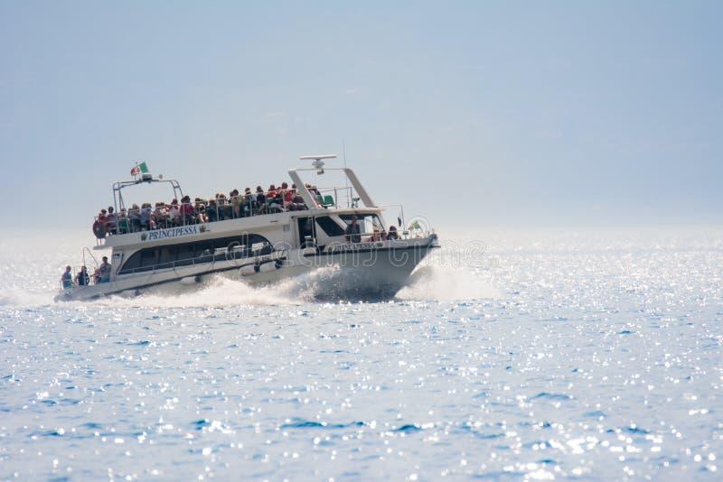 在加尔达湖的渡轮 免版税图库摄影