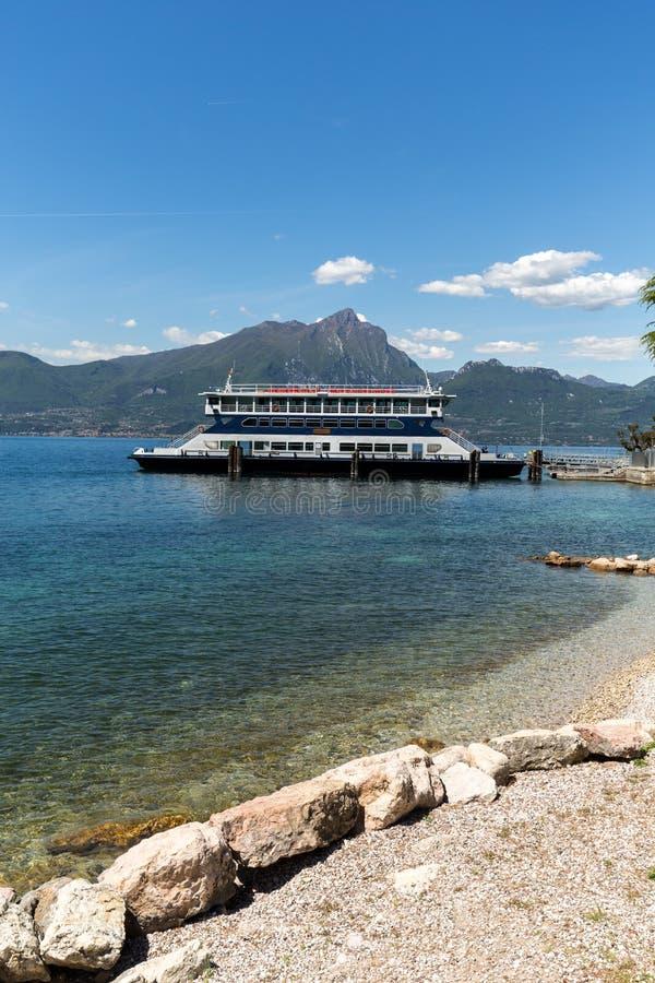 在加尔达湖的渡轮 Garda湖是其中一个意大利的常去的旅游区域 免版税库存照片