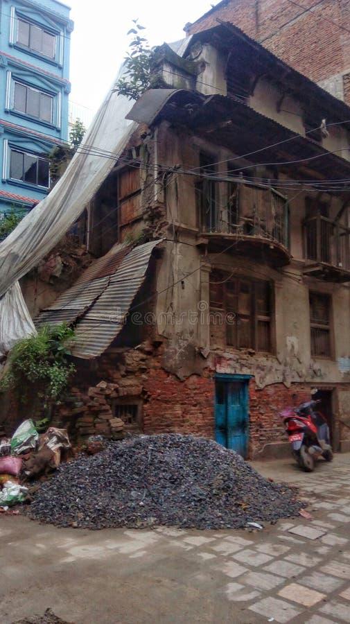 在加德满都地震以后的老被毁坏的房子 库存图片