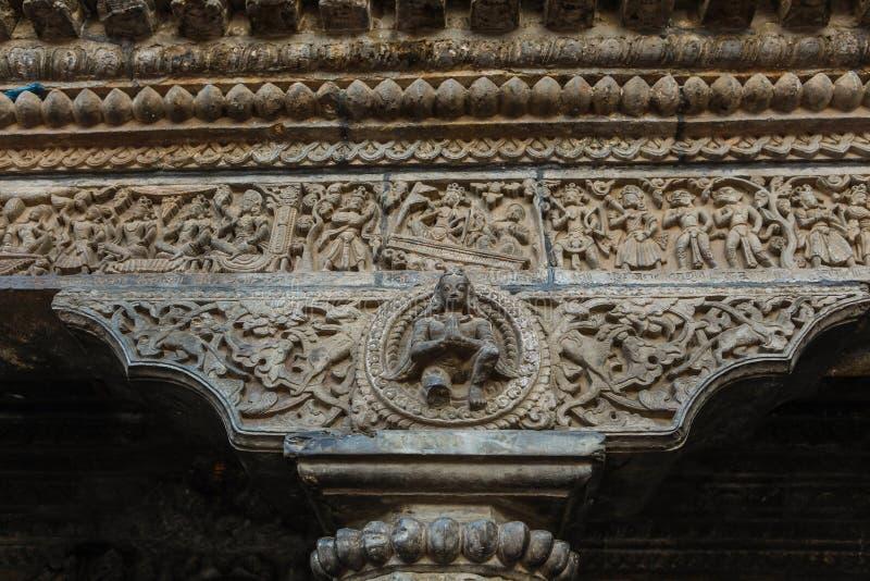 在加德满都durbar正方形,尼泊尔的被雕刻的石柱子和肩膀杆 免版税库存图片