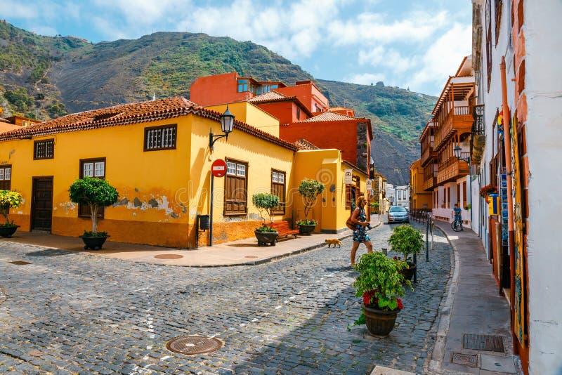 在加拉奇科,特内里费岛,加那利群岛,西班牙街道上的五颜六色的大厦  库存照片