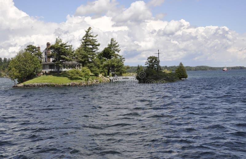 在加拿大和美国边界之间的最小的桥梁从一千个海岛群岛 免版税图库摄影