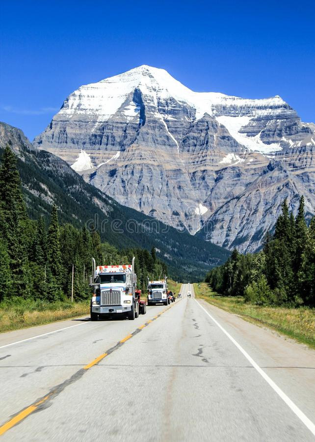 在加拿大高速公路的卡车运输 库存图片