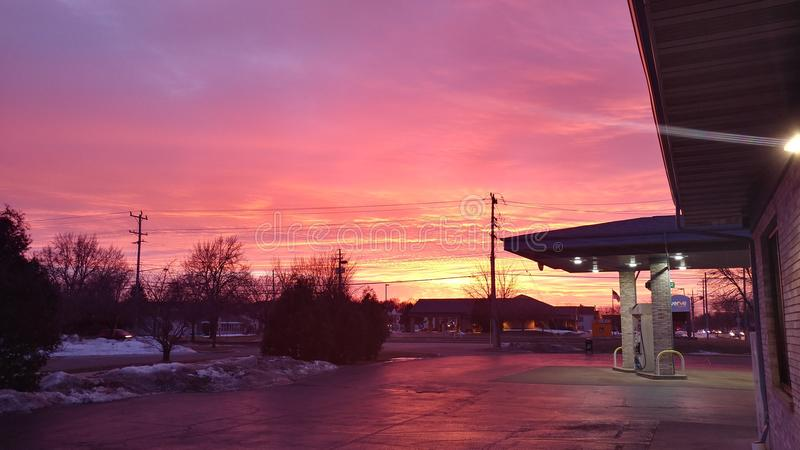 在加油站的桃红色日落 库存图片