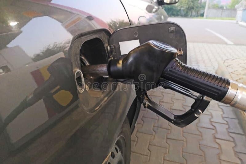 在加油站的汽车换装燃料 重新装满和填装油气燃料在驻地 加油站-换装燃料 用fue填装机器 库存照片