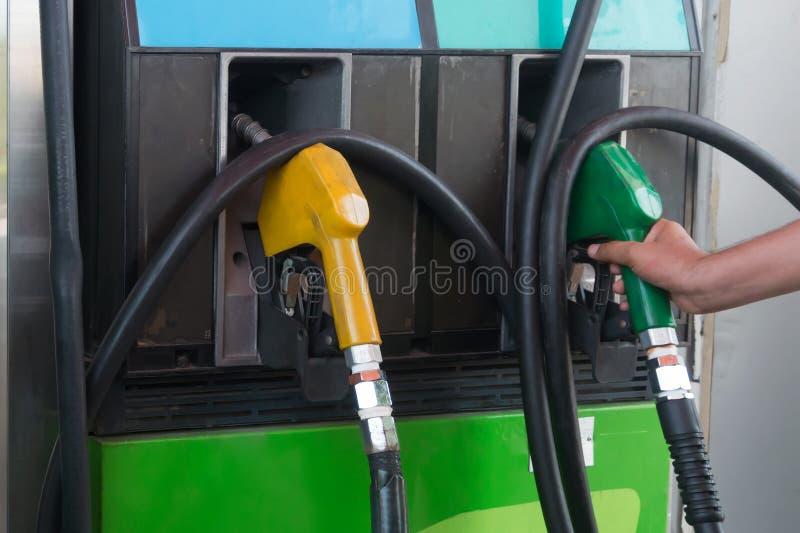 在加油站的燃料喷嘴 图库摄影
