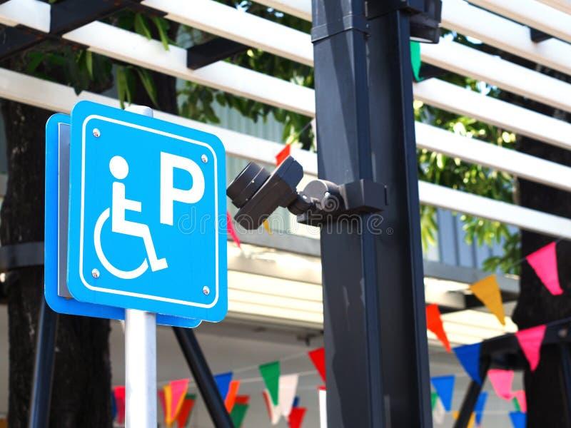 在加油站的蓝色有残障的停车处标志 免版税库存照片