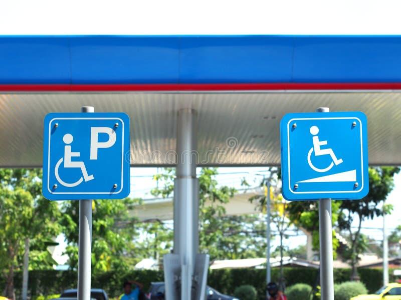 在加油站的蓝色有残障的停车处标志 免版税库存图片