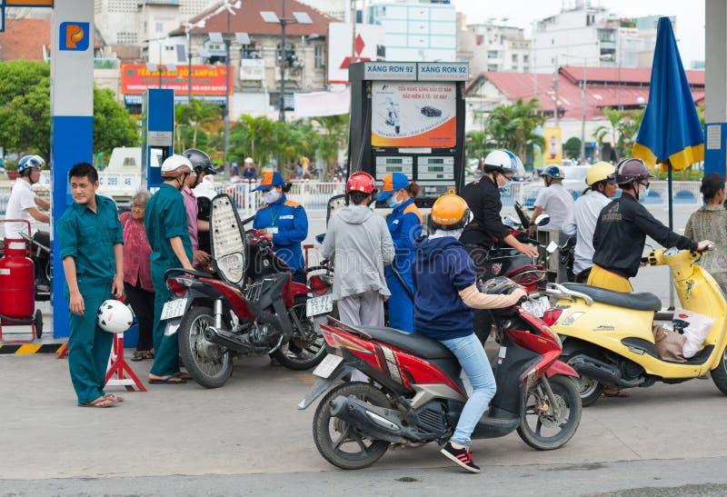 在加油站,越南的摩托车司机 免版税库存图片