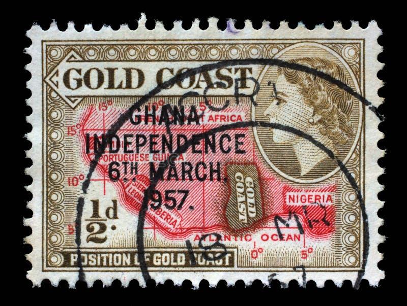 在加纳打印的邮票显示国家的地点非洲大陆和英女王伊丽莎白二世的 免版税图库摄影