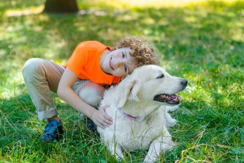 在动物和人之间的爱 免版税库存照片
