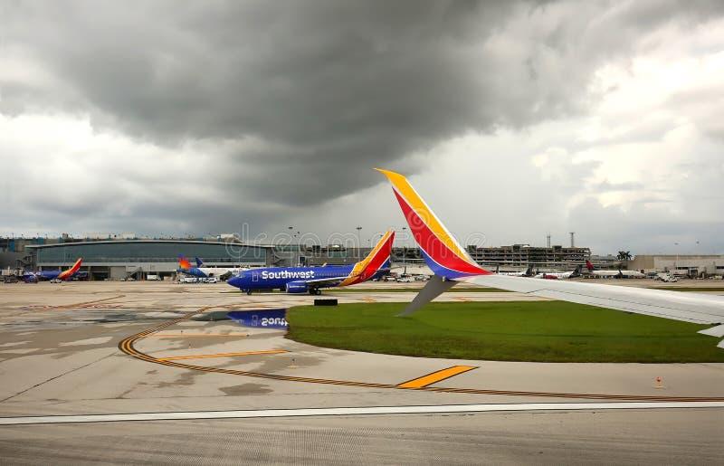在劳德代尔堡机场的雷暴形式 库存照片