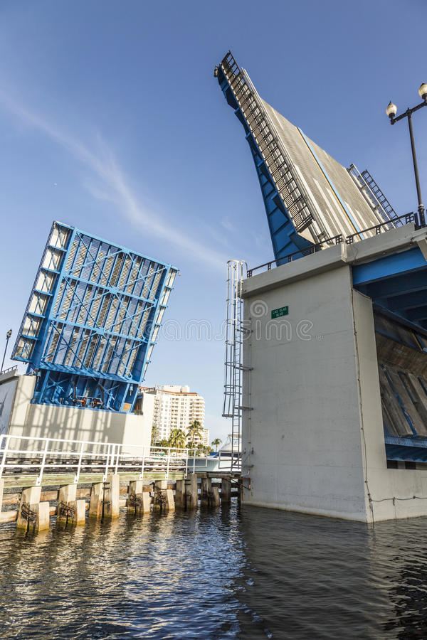 在劳德代尔堡打开吊桥 免版税库存图片