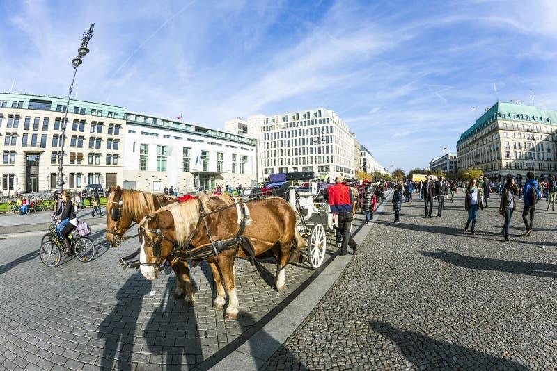 在勃兰登堡门前面的支架 免版税库存照片