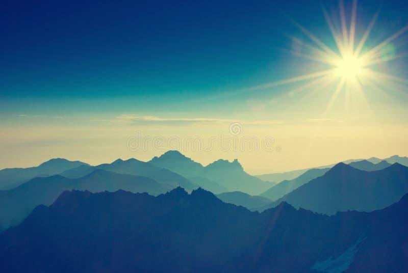 在勃朗峰地区的多雪的山峰 勃朗峰山断层块s 免版税库存照片
