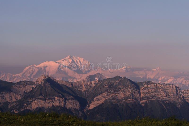 在勃朗峰峰顶-法国阿尔卑斯,夏慕尼的紫色日落 免版税库存图片