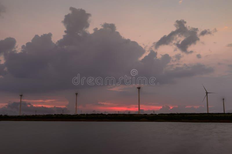 在勒利德布尔村庄的风车在萨塔拉附近的日落的,马哈拉施特拉,印度 库存照片