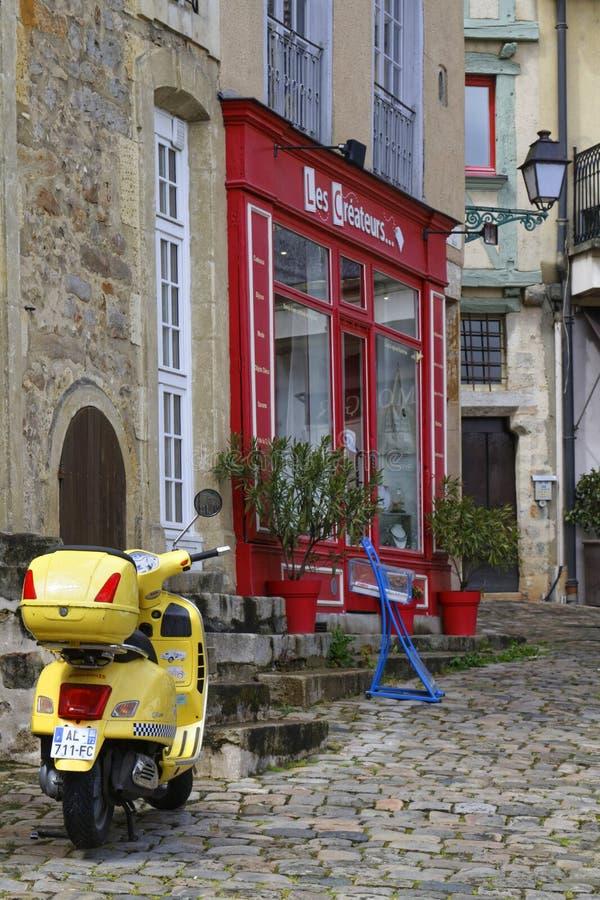 在勒芒一条老街道上的自行车  免版税库存照片