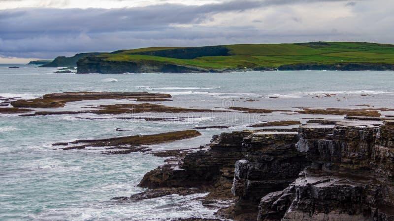 在包围Kilkee,爱尔兰的峭壁的有趣的岩层 图库摄影