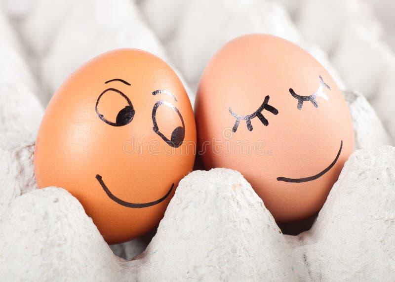 在包的二个滑稽的微笑的鸡蛋 免版税库存图片
