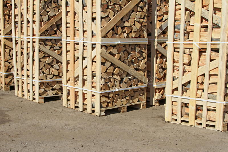在包装的切削的火木头在货盘 库存照片