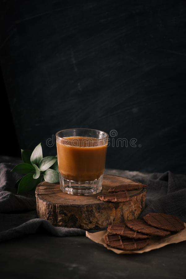 在包装纸和杯的被分类的曲奇饼咖啡用牛奶  免版税库存图片