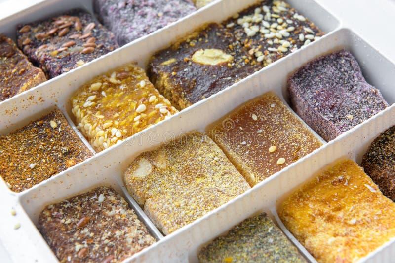 在包裹的阿拉伯甜点 从自然果子的中东点心食物 免版税库存照片