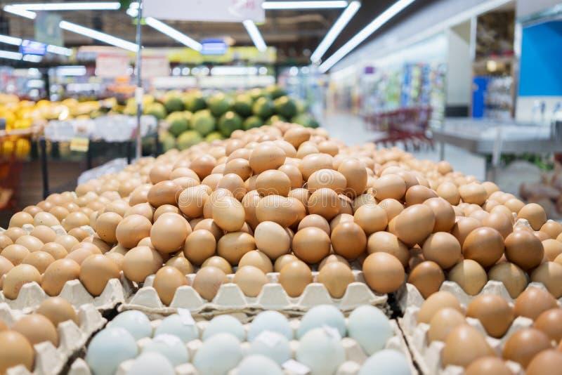 在包裹的鸡鸡蛋在超级市场 库存照片