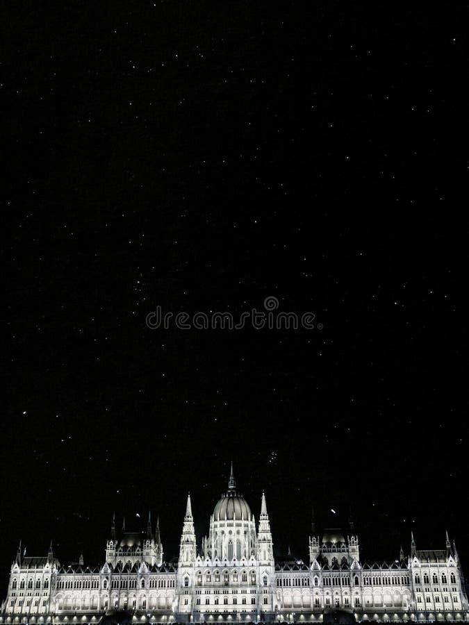 在匈牙利议会大厦上的黑白繁星之夜在布达佩斯 图库摄影