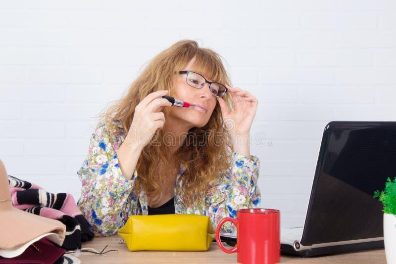 在化妆品中发挥影响力的女性 免版税库存图片