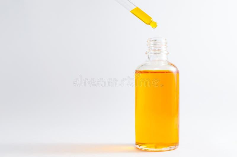 在化妆瓶的维生素C血清有吸管的 与草本成份的有机温泉化妆用品 图库摄影