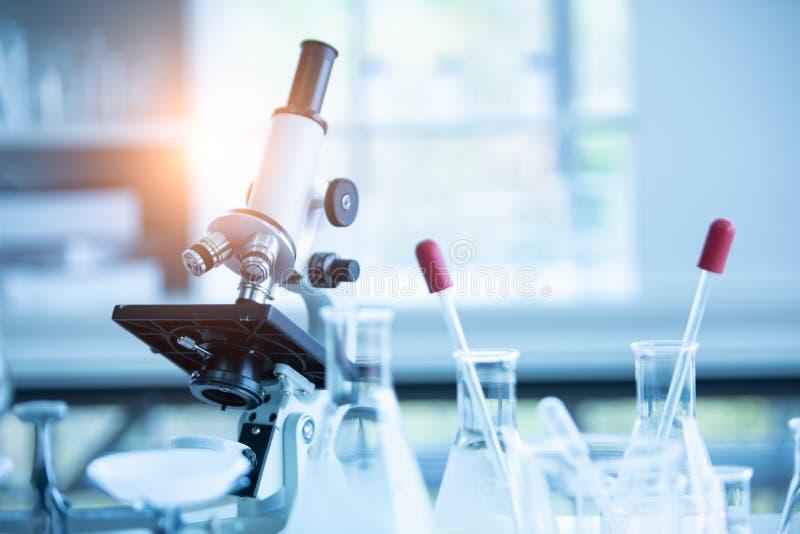 在化学生物实验室测试科学研究与开发和医疗保健概念背景的医学实验室显微镜 库存图片