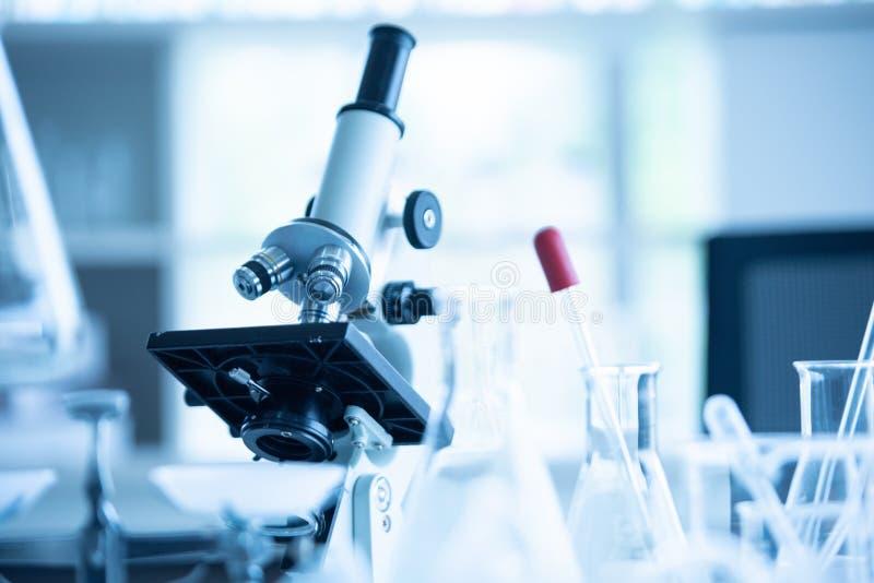 在化学生物实验室测试科学研究与开发和医疗保健概念背景的医学实验室显微镜 免版税库存照片