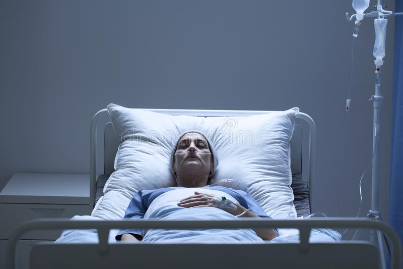 在化疗期间的微弱的妇女 库存图片