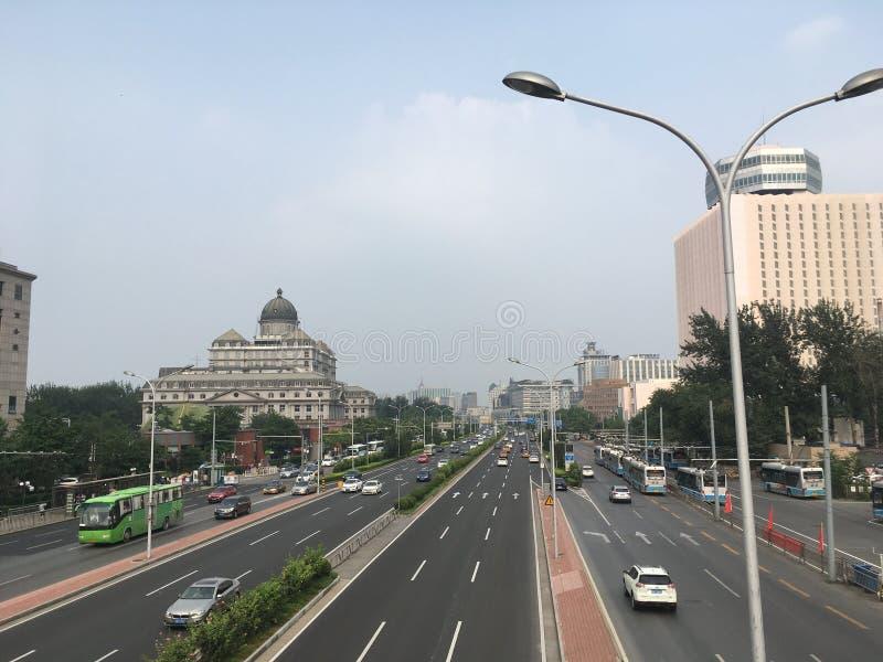 在北京上街道,从步行桥的看法在高速公路 库存图片