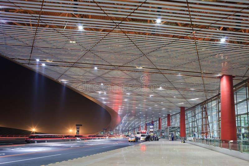 在北京首都国际机场的光足迹在晚上 库存照片