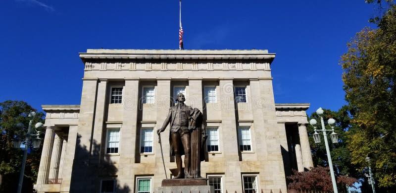 在北卡罗来纳资本大厦之外的乔治・华盛顿雕象 库存图片
