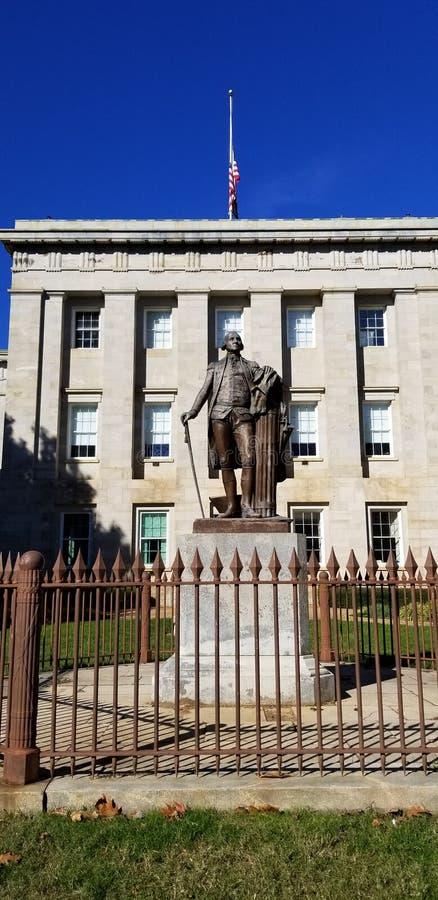 在北卡罗来纳资本大厦之外的乔治・华盛顿雕象 图库摄影