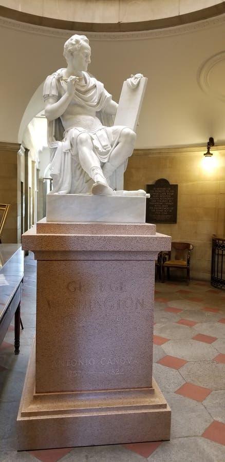 在北卡罗来纳资本大厦里面的乔治・华盛顿雕象 库存图片