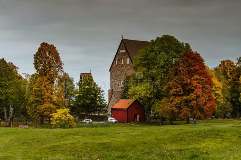 在北欧海盗掩埋处的五颜六色的秋天在老乌普萨拉,瑞典 免版税库存图片