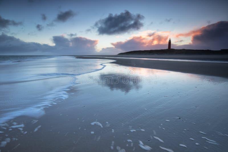 在北海海岸的灯塔在黄昏 免版税库存图片