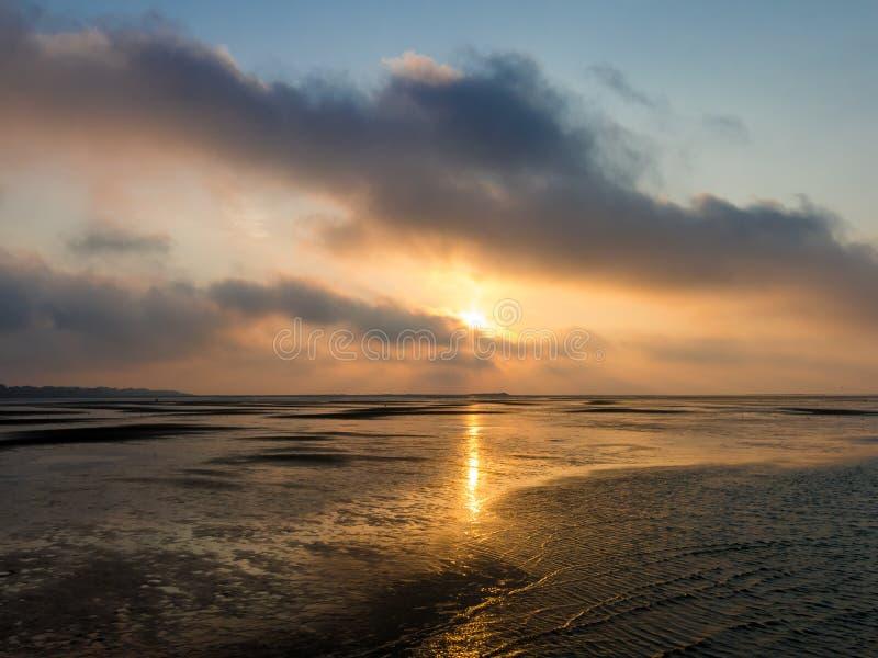 在北海的沼泽地日落在鹿特丹,荷兰附近 库存照片