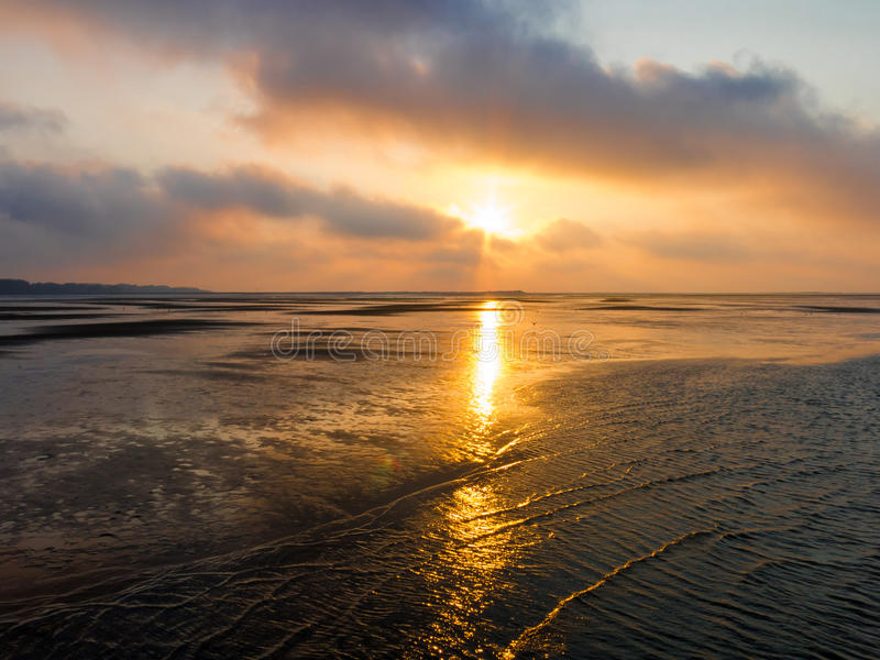 在北海的沼泽地日落在鹿特丹,荷兰附近 免版税图库摄影