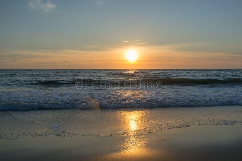 在北海的美丽和五颜六色的日落天空 免版税库存图片
