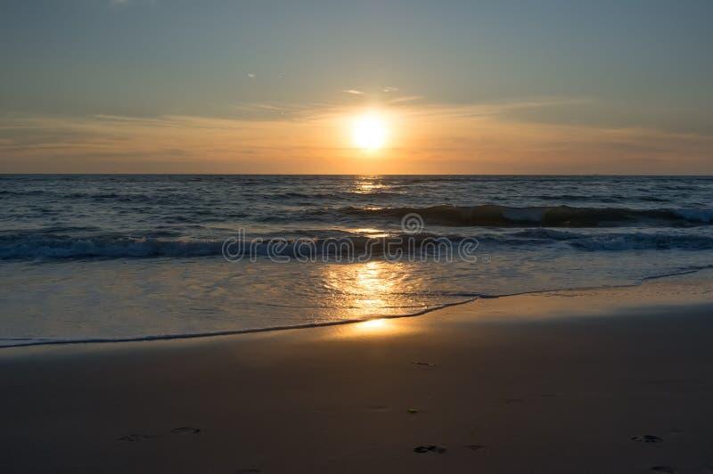 在北海的美丽和五颜六色的日落天空 免版税图库摄影