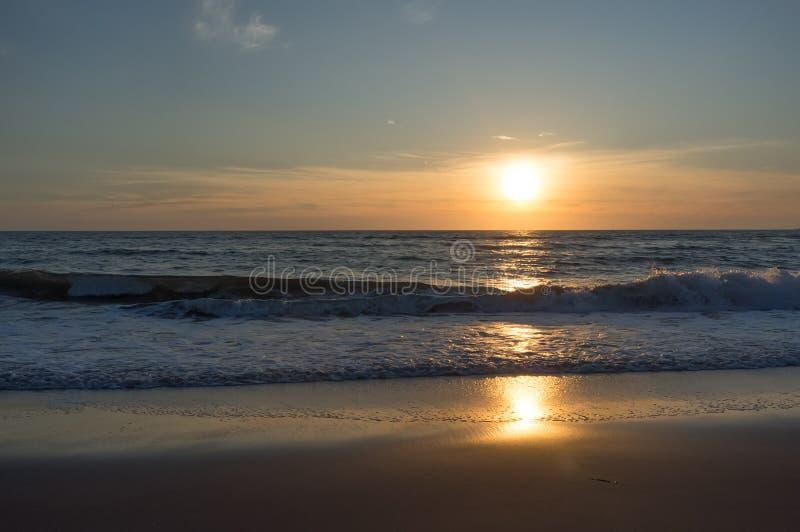 在北海的美丽和五颜六色的日落天空 免版税库存照片